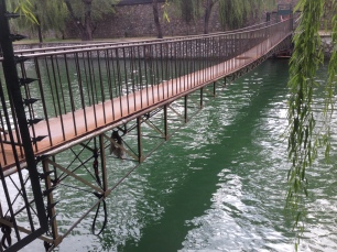 Suspension/truss bridge.